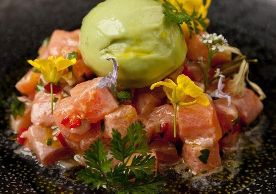 Ceviche de salmón con helado de pistacho